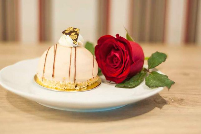 sobremesa de sorvete e rosas, especialidade holandesa